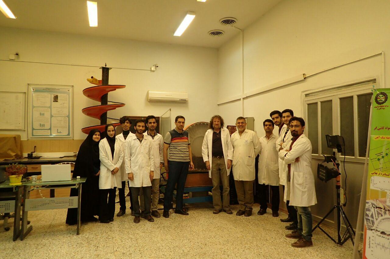 بازدید یکی از مسئولین مرکز تحقیقات فرآوری JKMRC استرالیا از مرکز تحقیقات فرآوری مواد کاشی گر